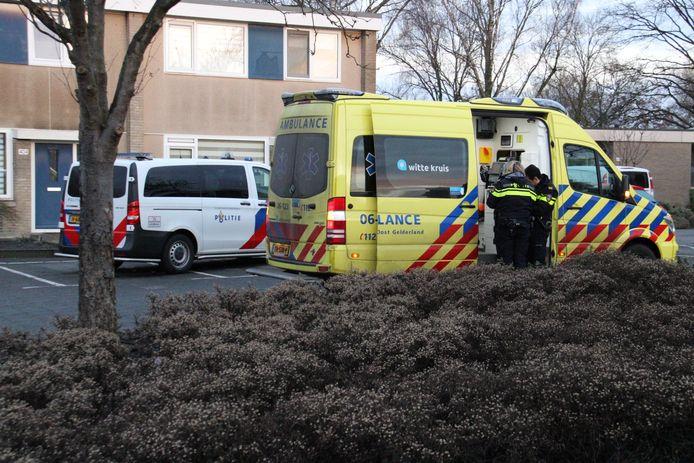 Politie en ambulance bij de woning in de Aristotelesstraat in Apeldoorn.
