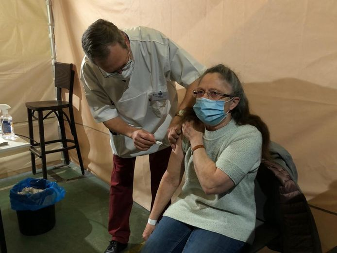 Godelieve Courtois (68j) uit Overhespen-Linter krijgt de 10,000ste prik uit de eerstelijnszone Tienen-Landen toegediend in het vaccinatiecentrum van Landen.
