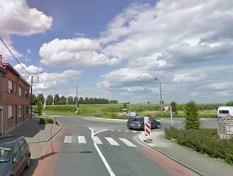 Fietser (67) gewond bij aanrijding op rotonde in Hulste
