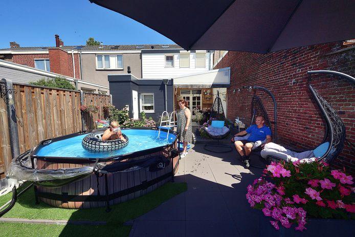 Peter van Gils heeft zwembad in zijn tuin. Op de foto zoon Kai (in zwembad), moeder Marleen en Peter van Gils.