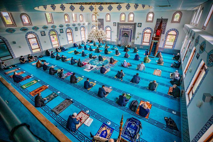 In de Centrum Moskee in Deventer is er nooit een discussie geweest over mondkapjes. Ze worden gewoon altijd door iedereen gedragen, al vanaf dat de moskee weer open mocht. Op het azuurblauwe tapijt van de gebedsruimte staan nu sportpionnetjes om de afstand te houden en iedereen neemt zijn eigen gebedsmatje mee. Maar nu gaan toch ook zij helemaal dicht.