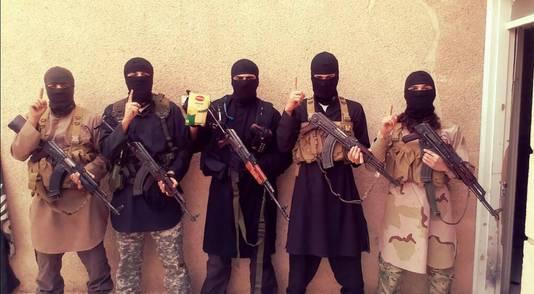 Omar (uiterst links) met andere Nederlandse IS-strijders.