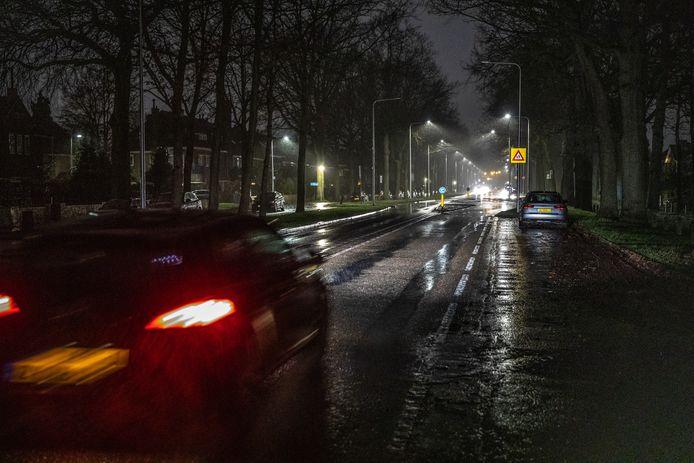 DS-2020-0820 Zwolle Straatverlichting brandt overdag en gaat 's avonds uit. Storing is nog niet verholpen vele plekken pikkedonker en op andere zoals aan de luttenbergstraat branden er Markt een paar  Om 18.30 ging er weer een deel van de straatlantaarns aan op de Wipstrikkerallee je reed dan van aarde donker in een lichttunnel  Wipstrikkerallee FotoPersBuro Frans Paalman Zwolle ©2020