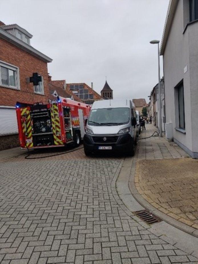 De brandweer op interventie in de Steenovenstraat in Bredene, wegens een keukenbrand.