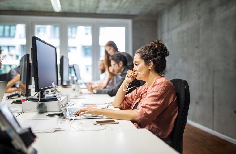 De meest voorkomende klachten zijn vermindering van concentratie, gevoel van stress, hoofdpijn en duizeligheid, pijnlijke ogen en minder goed zien. Beeld Getty Images