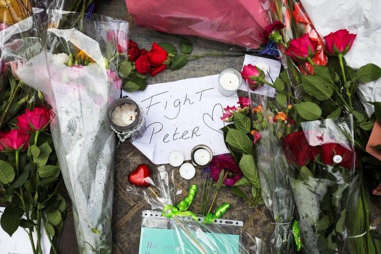 Bloemen en steunbetuigingen op de plek in Amsterdam waar Peter R. de Vries werd neergeschoten. Beeld REUTERS