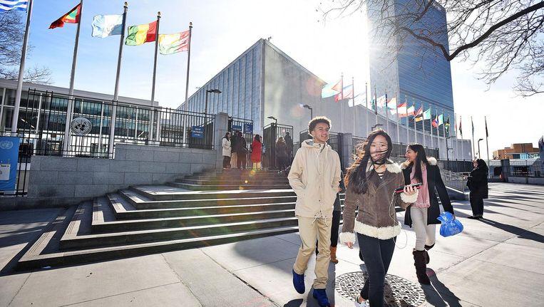 Een groepje studenten verlaat het hoofdgebouw van de VN op Manhattan. Beeld Guus Dubbelman / de Volkskrant