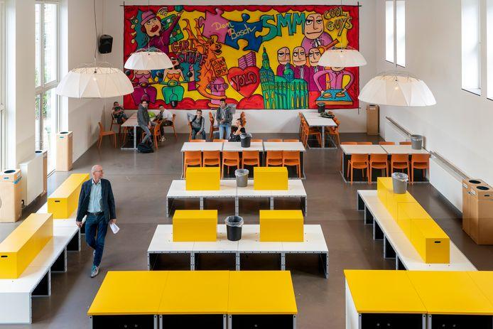 De foto van Central Parc in de aula van de Sancta Maria Mavo heeft plaatsgemaakt voor een kleurrijke XL-wallpainting van 8 bij 4,5 meter met Bossche elementen.