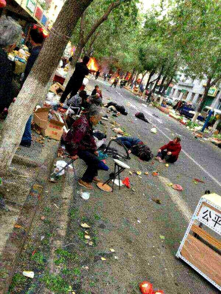 Bij een aanslag op een markt in Urumqi kwamen zeker 31 mensen om het leven.