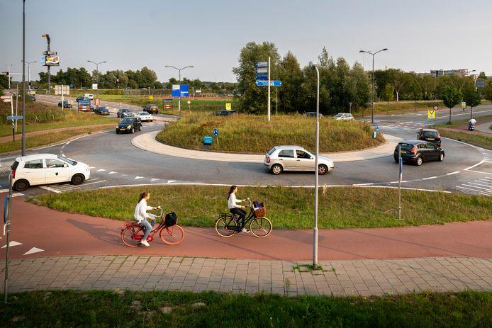 De rotonde op de grens van Den Bosch en Vught wordt een superrotonde met twee fietsbruggen.
