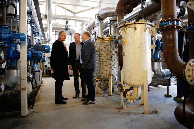 Minister Henk Kamp bezocht in 2016 een handelskwekerij met tropische groene planten, die wordt verwarmd met warmte uit de aarde. Beeld ANP