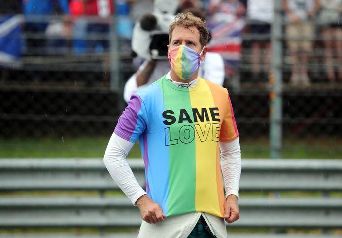 Sebastian Vettel in zijn regenboogshirt.