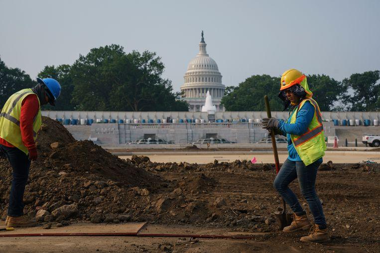 Werkzaamheden aan een weg bij het Capitool in Washington. De Amerikaanse Senaat stemde daar vannacht in met het grootste infrastructuurplan ooit. Over de details moet nog worden onderhandeld tussen Democraten en Republikeinen. Beeld AP