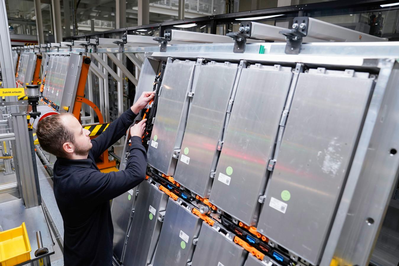 Accu's voor elektrische auto's in een fabriek van Volkswagen in het Duitse Braunschweig