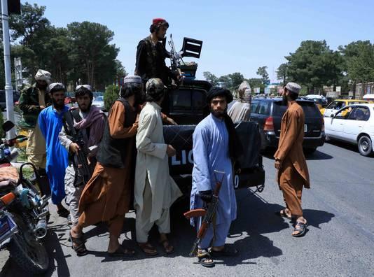 Taliban-strijders patrouilleren in de straten van Herat.