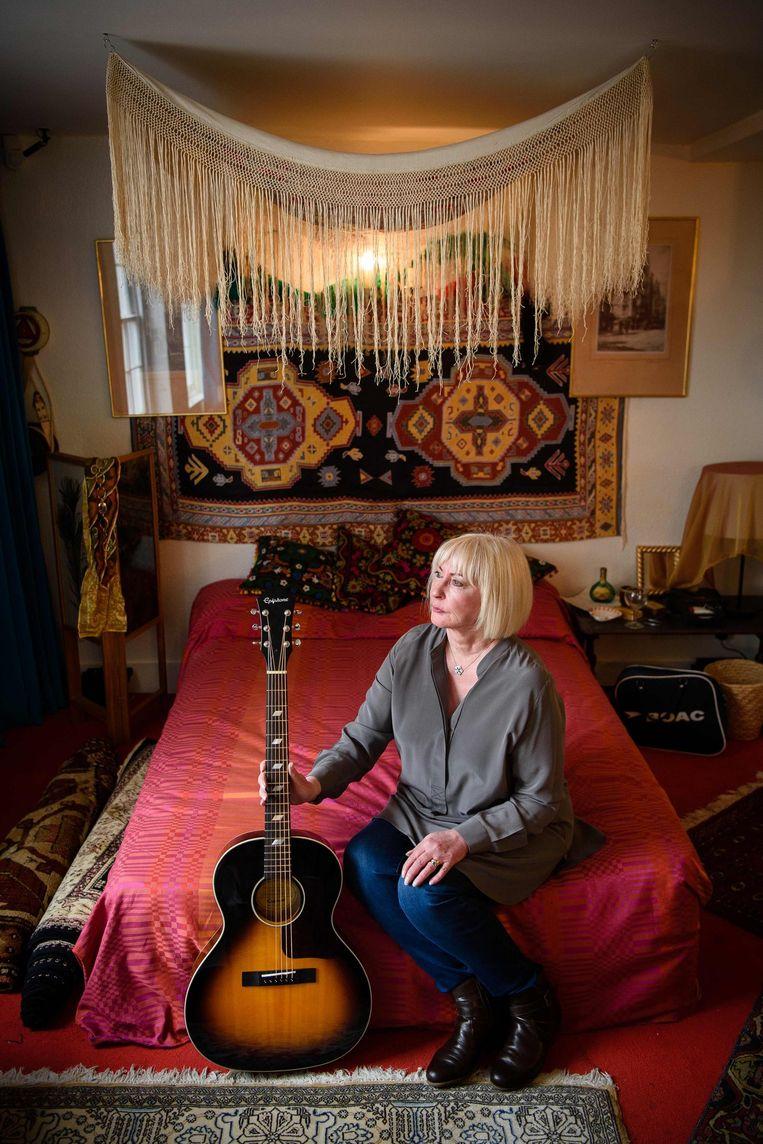 Kathy Etchingham, de toenmalige vriendin van Jimi Hendrix, in zijn appartement in 23 Brook Street Beeld afp