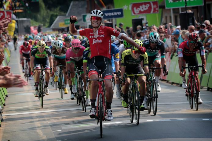 Jasper Stuyven juicht na zijn zege in de vierde etappe van de Binck Bank Tour vorig jaar.