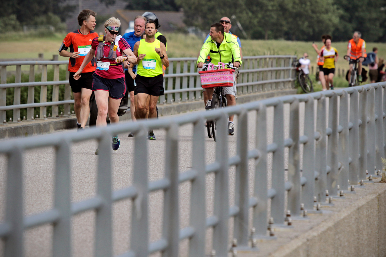 Deelnemers aan de Maasdijk Marathon in 2018, gefotografeerd in Keent.