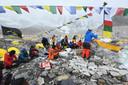 Een ritueel van een expeditie voor ze beginnen aan de klim naar de top van de Mount Everest.