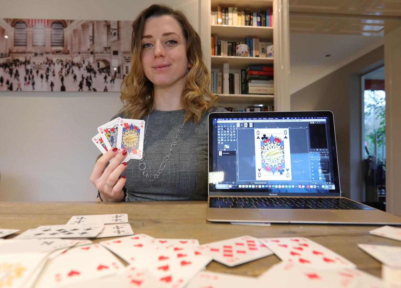 Indy Mellink met haar genderloze speelkaarten: de heer, dame en boer hebben plaatsgemaakt voor goud, zilver en brons. Beeld Reuters