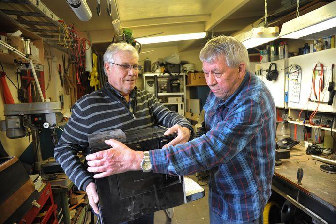 Walter van Beusekom van Het Palet (links) en Rinus Nijsse (rechts) van het Repair Café Vlissingen.