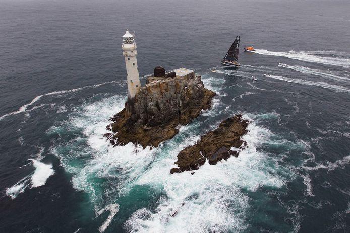 Keerpunt Fastnet Rock bij Ierland wordt gerond door een boot in de Volvo Ocean Race. De Veronicarace geldt als kwalificatiewedstrijd voor de Fastnet Race van dit jaar.