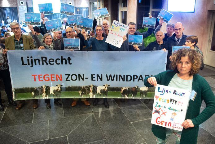 Een eerder protest van de actiegroep LijnRecht tegen zon- en windpark met rechts Maaike Widdershoven.
