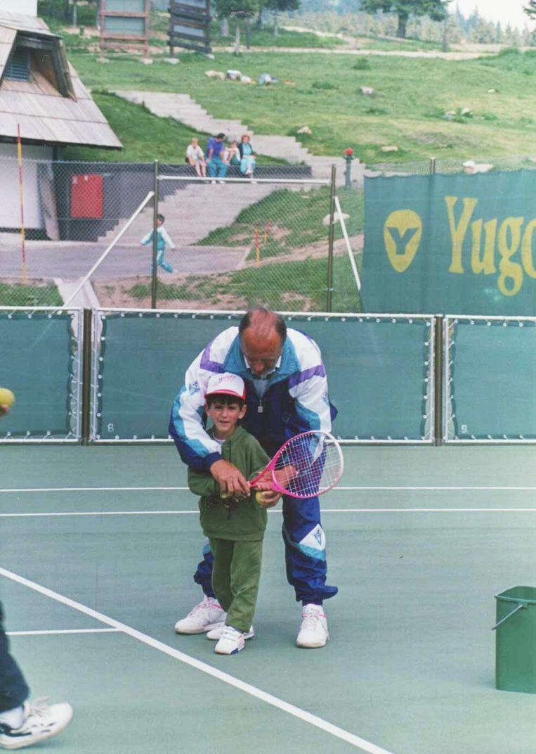 Novak Djokovic met trainer op de baan bij Partizan. Beeld TRBeeld