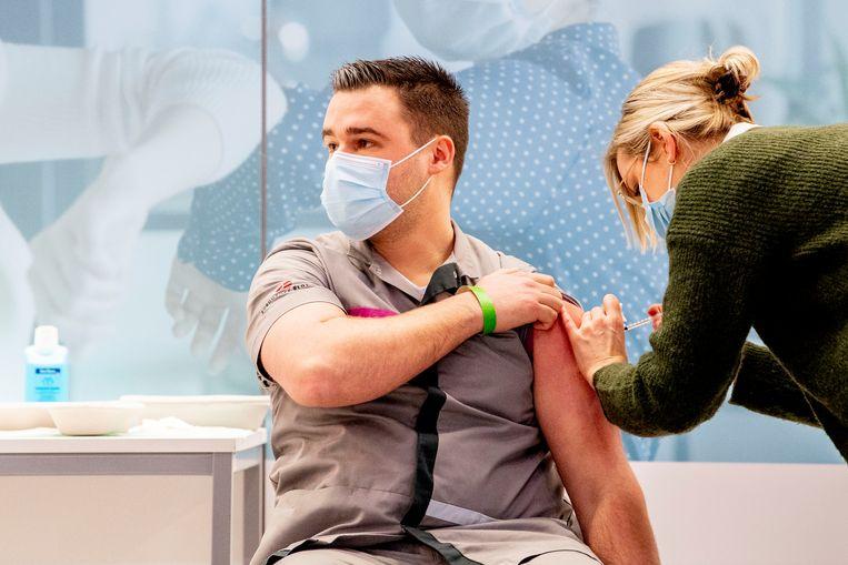 In Veghel kregen verpleeghuis- en andere zorgmedewekers in januari de eerste prikken met het Pfizer-vaccin. Beeld Robin Utrecht