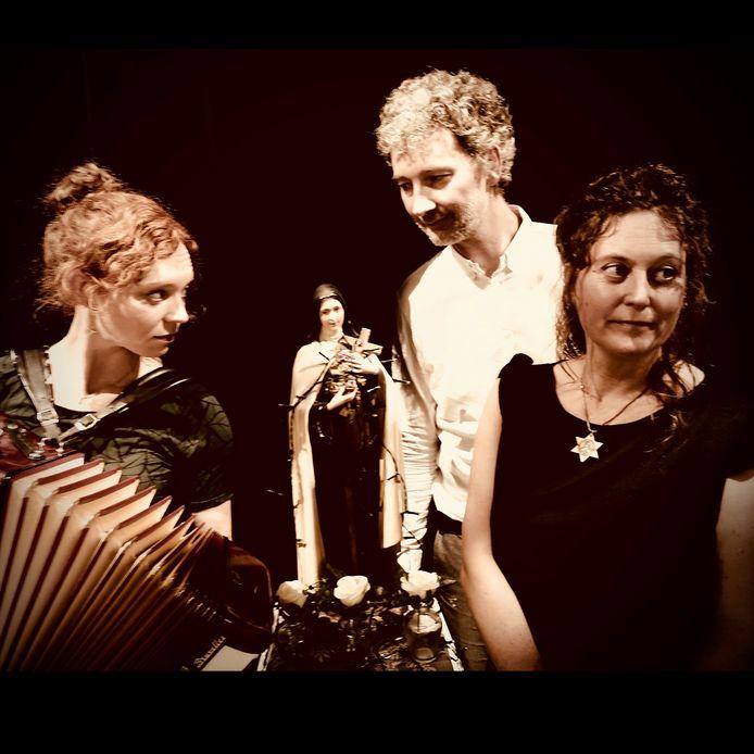 Neos Ninove biedt een programma aan met muziek van Jacques Brel en Edith Piaf. Mireille Vaessen zingt en wordt begeleid door twee muzikanten.
