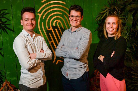 Martijn, afvaller in aflevering drie van de Mol 2019, zijn broer Simon en vriendin Cato.