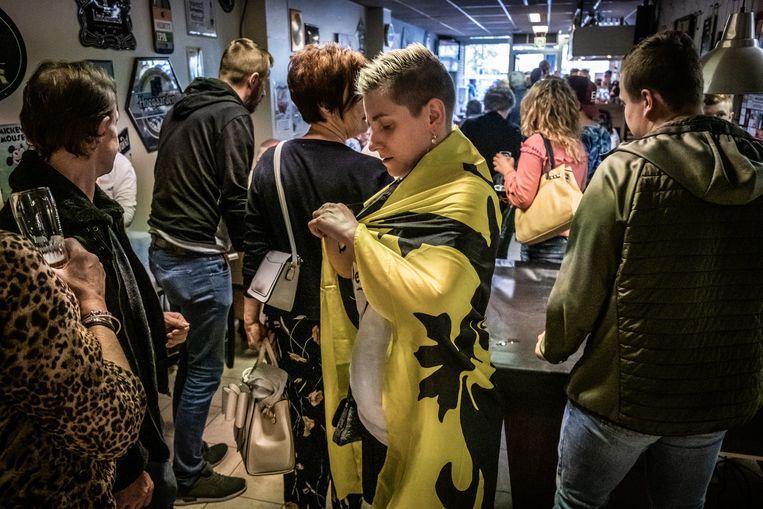Vlaams Belangers in Ninove maken zich op voor het overwinningsfeest, op verkiezingszondag.  Beeld © Bart Leye