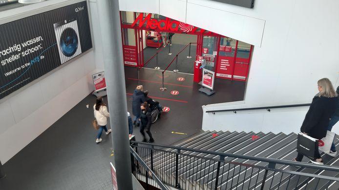 Media Markt in Ede op zaterdagmiddag, geen drukte voor de ingang.