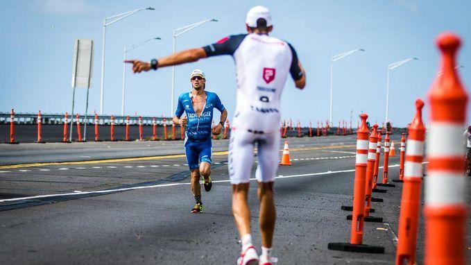 Iconische beelden: Duitse topfavoriet moet strijd staken in Ironman maar toont zich vervolgens groot sportman
