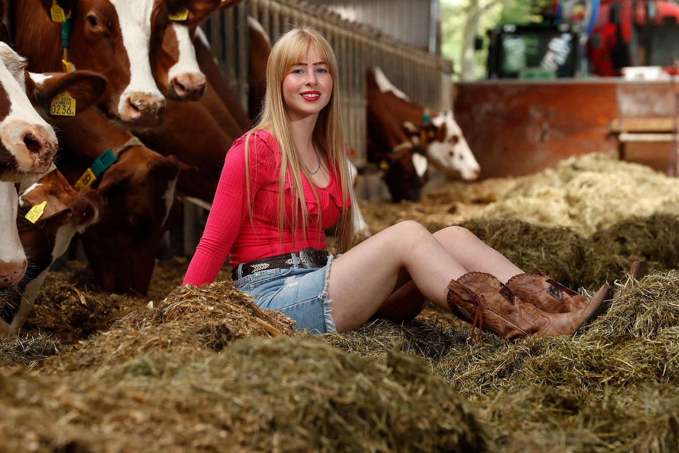 Rozan Aalders in haar natuurlijke habitat tussen de koeien in Aalten.