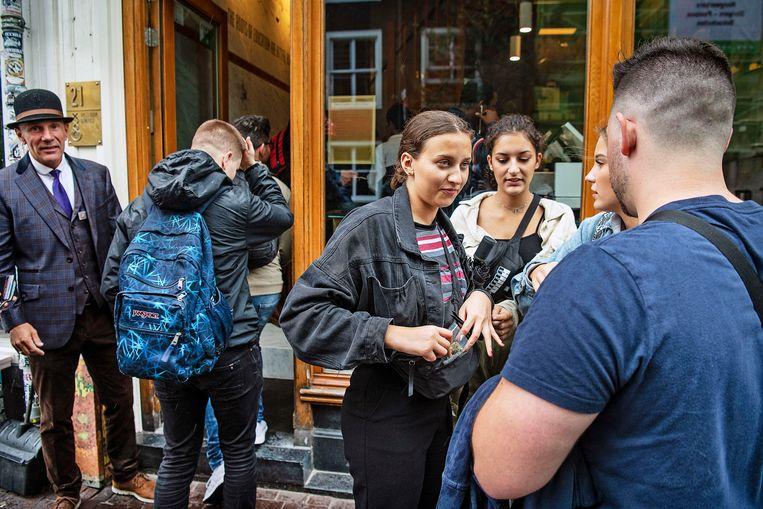 Toeristen bij een coffeeshop in de Amsterdamse Utrechtsestraat, in 2019.  Beeld Guus Dubbelman / de Volkskrant