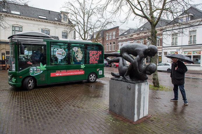 De CannaStemBus is neergestreken in de Boschstraat in Breda