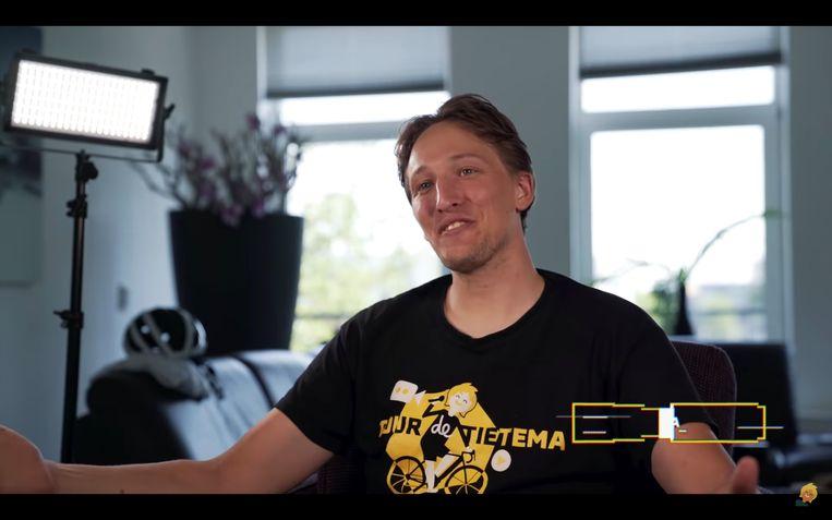 Oud-wielrenner Bas Tietema deelt vrolijke filmpjes op zijn YouTube-kanaal Tour de Tietema.  Beeld YouTube