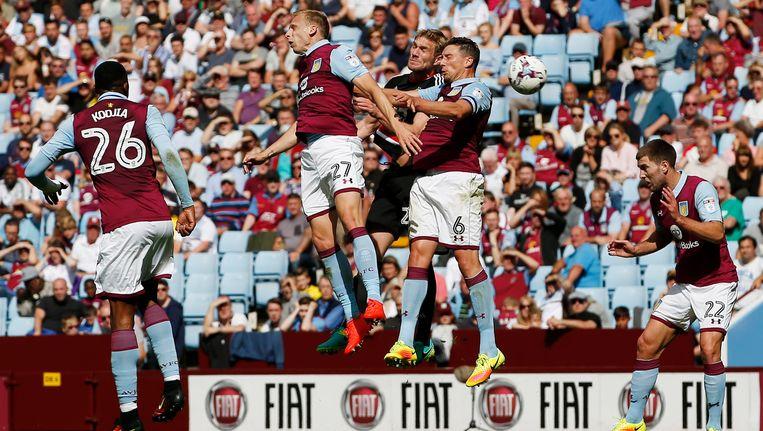 Ritchie De Laet (tweede van links) kon weer niet winnen met Aston Villa. Beeld Photo News