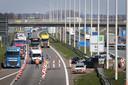 Files op snelweg A16 bij grensovergang Hazeldonk als gevolg van grenscontroles door de Belgische politie. Het zijn nu de enige dagekijkse files in de regio, aldus de politie. Door de coronacrisis is het verkeersbeeld zeer rustig , zijn er veel minder ongelukken en zijn de criminaliteitscijfers abrupt gedaald.