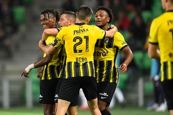 Vitesse viert de 0-1 van Yann Gboho (links).