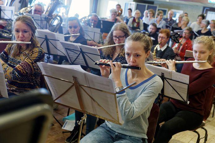 Harminie Wilhelmina in Den Dungen oefent voor jubileumconcert.