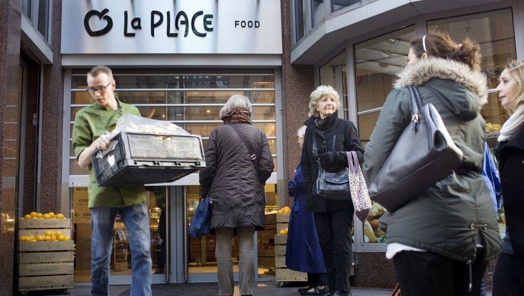 Winkelend publiek voor de deur van La Place in Amsterdam. Beeld Io Cooman