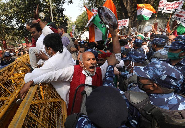 Activisten en aanhangers van het Indian National Congress schreeuwen leuzen terwijl ze botsen met de politie tijdens een protest uit solidariteit met de Indiase boeren die protesteren tegen nieuwe landbouwwetten, in New Delhi, India Beeld EPA