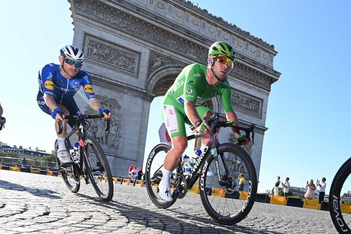 Mark Cavendish bij de Arc De Triomphe.