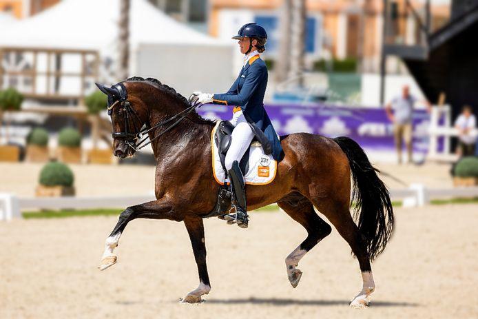 Milou Dees tijdens het EK 2021 in Oliva Nova Spanje, als Young Rider. Ze won brons bij haar individuele proef en goud met net Nederlands team.
