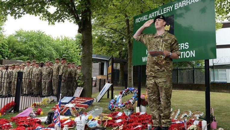 Een soldaat salueert nadat hij The Last Post heeft geblazen bij de uitvaart van Lee Rigby. Beeld epa