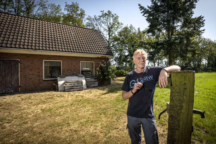 Henk Saaltink bij de 'schuur' op het landje aan de Hoge Haarweg.