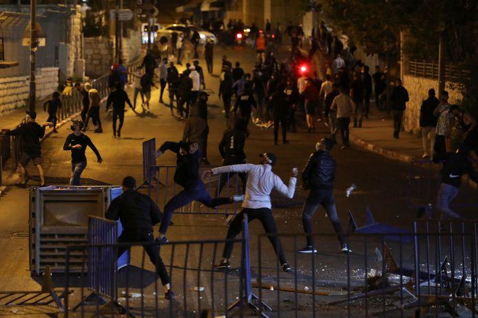 Palestijnse demonstranten bekogelen de Israëlische politie in Oost-Jeruzalem.