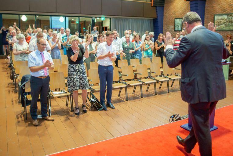 Een staande ovatie voor Hans Alders gisteren, in het Groningse Appingedam. Beeld herman engbers